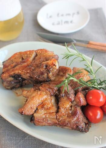 タレに漬け込んでオーブンで焼く、基本のスペアリブグリル。醤油やみりんなどの調味料のほか焼肉のタレも使った、簡単で間違いなしのおいしさのスペアリブです。
