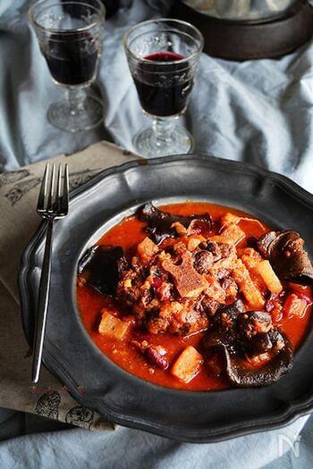 こちらは、圧力鍋を使って時短で作るオックステールのワイントマト煮込み。赤ワインを使っているので、上品な大人の味わいです。野菜もたっぷり。肉厚のキクラゲも食感のいいアクセントになっています。