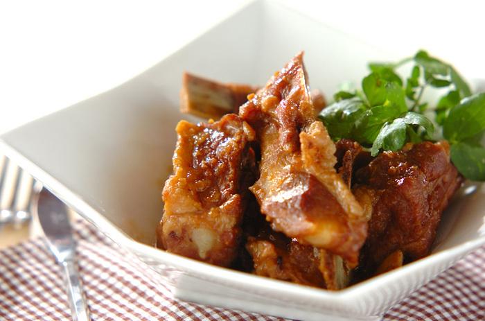 みそのコクのある味がしっかりしみ込んだ骨付き豚バラ肉は、うまみも満点でご飯によく合います。もちろん、おつまみとしてもいうことなしですね。