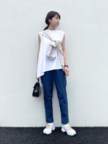 膨張色である白をシャツをたすき掛けして、物理的に抑制。メリハリが効いて、二の腕も引き締まります。自信がなければ、二の腕にかかるくらいシャツを被せてもOK!ブルー×ホワイトの爽やかコンビが、夏ムードを高めます。