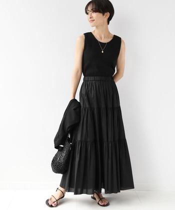 上下とも黒で構成したモードな着こなし。明るく透明感のある配色が好まれる夏に、あえてのオールブラックが逆に新鮮です。ノースリーブでヘルシーに肌見せをすれば、重力を感じません!