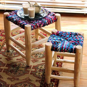 一般的なマルシェスツールの座面部分は、ヤシの葉や水草を巻きつけて作られているそうですが、こちらはヤシの葉に生地を巻きつけて作られているのでとってもカラフル。シンプルさの中にもちょっと色を添えたい方にぜひ。モロッコカラーのピンクとブルーが入っています。
