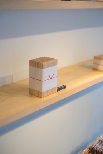目上の方への贈り物にふさわしい桐箱を選ぶこともできますよ。おうち用には紙箱もあるので、シーンに合わせて選ぶのがおすすめです。