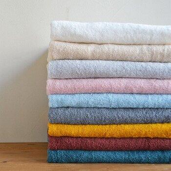 繊維の長さが特徴のスーピマコットンで作られた、柔らかな手触りのオーガニックコットンタオルです。24の由来は、糸の太さにあります。20番手や30番手が主流のタオル糸ですが、適度なコシと柔らかさを考えてオリジナルで作られました。
