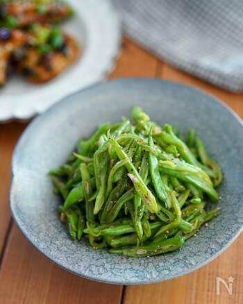 モロッコいんげんをニンニクと一緒にオリーブオイルで炒める。ただそれだけでも最高に美味しいけれど、こちらは中華調味料シャンタンを加えて中華風スパイシーなきんぴら仕立てに。旨味がギュッと詰まった一品に箸が止まらなくなりそうです。