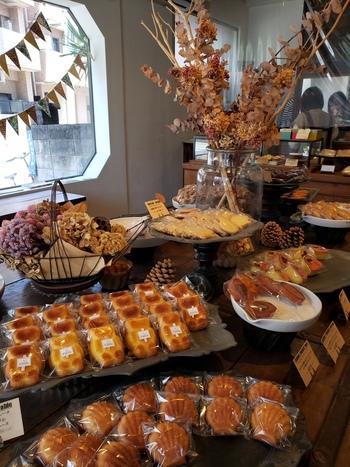 西小山にある小さな焼き菓子専門店「キュイソン ルカ」。クラシックな雰囲気の店内には、所狭しとお菓子が並べられ、ドライフラワーやアンティーク風の小物もセンス抜群です。