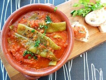 香味野菜を加えたたっぷりのトマトソースで煮込んだモロッコいんげん。野菜だけでも、濃厚で食べ応えがあります。風味豊かな味わいに大満足。バゲットを添えて、召し上がれ。