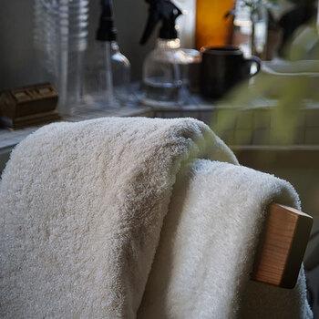 タオルは滑らかさとハリを両立するために、密度を高くして織られています。超長綿を使って、毛羽落ちしにくいのも長く使うためのこだわりです。男女を問わず使い心地の良い、バランスの良いタオルを目指して作られています。