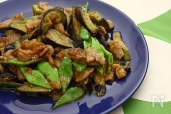 豚肉とナスに、モロッコいんげん。ジャッジャと強火で手際よく味噌炒めに。ご飯が進むメニューは大人も子供も大喜び。あっというまに完食してしまいそうです。