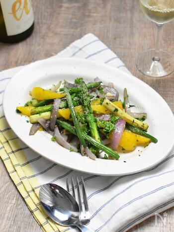 モロッコいんげんの他に、アスパラ、紫玉ねぎ、パプリカなど、カラフルな野菜を炒め合わせて。オリーブオイルに粉チーズ、レモンが効いているおしゃれな一品。キリッと冷えた白ワインに良く合います。