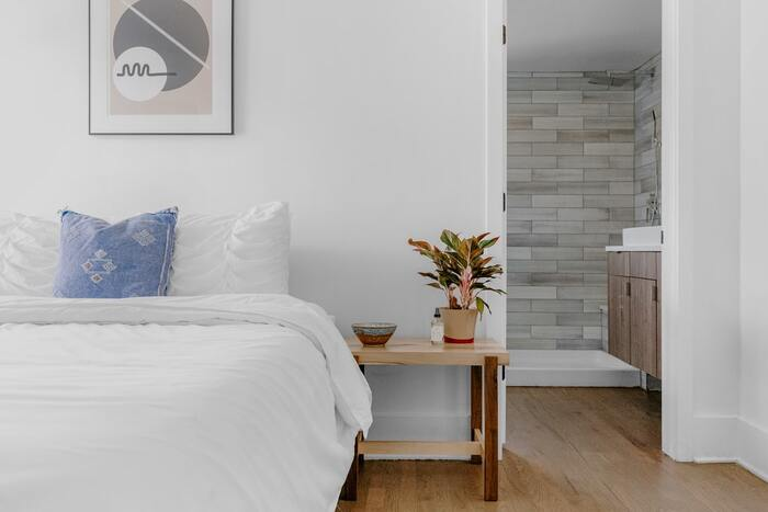 暗くなりがちな寝室のベースカラーにもホワイトを使うと、眠りにつくまでのひとときをリラックスして過ごせるお部屋になりますね。