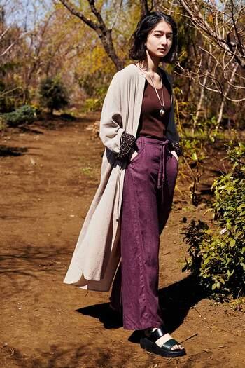 リラックス感のあるリネンパンツでも、パープルを選べば落ち着いた印象に。ダーク寄りな色合いながら隠しきれない存在感。ストンとした柔らかなシャツワンピをさらりと羽織るだけで、ガウン風の大人スタイルが完成。