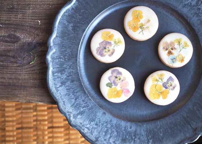 エディブルフラワーをのせたクッキーで季節感のあるプレゼントはいかがですか?米粉100%のクッキーはサクサクほろり。真っ白なアイシングはレモン風味で爽やかな味わいです。お花の種類は季節によって変わるので、色合いの違いを楽しむのもステキですね。