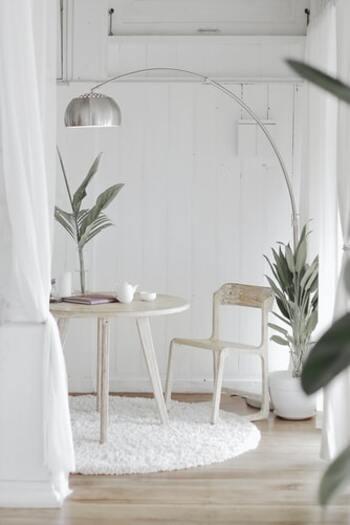 日当たりが悪くて暗くなりがちなお部屋は、インテリアの色に明るいものを使うようにしましょう。白っぽいものを選ぶとより明るい印象に。また、壁紙も白にすることで、光が反射してお部屋全体が明るくなります。貼って剥がせる壁紙がたくさん販売されていますので、賃貸でも手軽にできますよ。観葉植物を置くことも明るい印象にするのに効果的です。