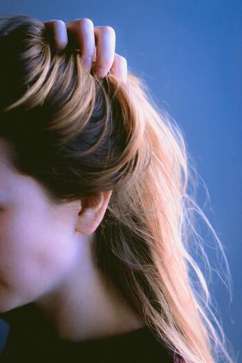 無添加処方のヘアオイルなら、シャンプー前に頭皮マッサージするのもおすすめです。毛穴の汚れを落とせば、髪がふんわり立ち上がる効果も。