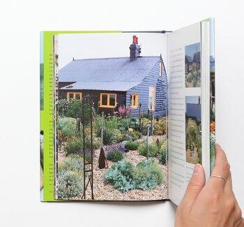 庭には、花や木のほか、貝殻や流木、石などでつくられた独特なオブジェも。彼の世界観を表すような庭を作り上げていく過程がわかります。  英語版と日本語版が流通していますが、日本語版はかなり高額。図書館でも借りられますよ。
