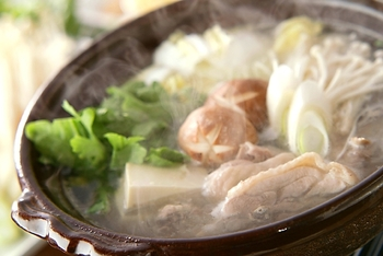 鶏の骨付き肉のぶつ切りを、鶏ガラスープでコトコト煮込む博多名物の水炊き鍋。鶏のうまみをシンプルに堪能できます。スープが白く濁るまでしっかりと煮込むとよりおいしくなりますよ。鶏のぶつ切りが売っていない場合は、鶏の手羽元を使ってもよいでしょう。