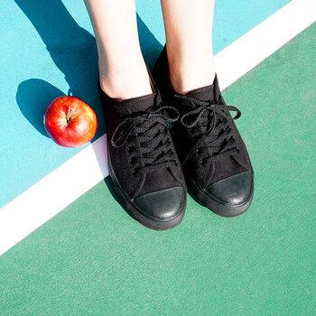 日本の京都からインスピレーションを受けて生まれた台湾のシューズ、hanamikoji(はなみこうじ)。毎日履ける、歩きやすい靴を発信しているブランドです。呂色とは、濡れたような艶のある深い黒色。マニッシュで潔い雰囲気のオールブラックスニーカーは、格好良さ重視でつくられたものだそう。
