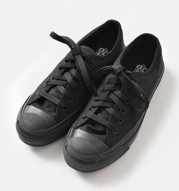 1935年から愛され続けるコンバースの定番シリーズ、ジャックパーセル。コットン素材のすっきりとした佇まいは、カジュアルにもきれいめにも使える優秀スタイルです。内側サイドには、通気孔がついており、蒸れやすさも軽減。快適に履き続けられます。
