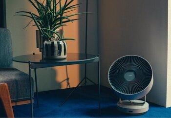 「カドー」のサーキュレーターは除菌機能付き。小さな羽で直線的な強い風を送り、空気を循環させると同時に空間を除菌します。DCモーター搭載で静音、省エネ。部屋の除湿乾燥と消臭もおまかせ。