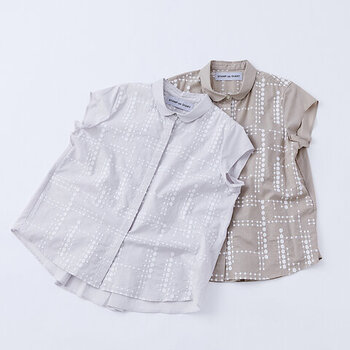 雨粒をモチーフにした刺繍が施された、フレンチスリーブのブラウス。軽やかに着られるコットン生地で、暑い夏にもぴったりの一枚です。コンパクトな襟元や、フレアシルエットになったバックスタイルで、上品に着こなせるフレンチスリーブトップスです。