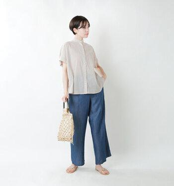 程よい透け感が夏らしい、シアー素材のフレンチスリーブシャツ。デニムのワイドパンツを合わせて、大人カジュアルなテイストのコーディネートです。サンダルや網バッグで、季節感もしっかりアピールできるスタイリング。ラフ過ぎないから、デイリーコーデにもぴったりですね♪