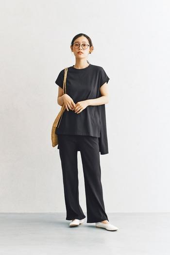 黒のシンプルなフレンチスリーブに、ワイドパンツを合わせたセットアップ風のコーディネートです。ラフながらもシックな印象で、大人っぽさをしっかりと演出できる着こなし。足元は白のシューズで、クールなモノトーンコーデにまとめています。