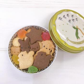 動物型のクッキーとカラフルなゼリーが入った小さな缶は、まるで童話の世界のよう。動物が登場する絵本と一緒にお誕生日プレゼントに渡しても良いですね。クッキーの種類は季節によって変わるので、缶を開けてからのお楽しみ。