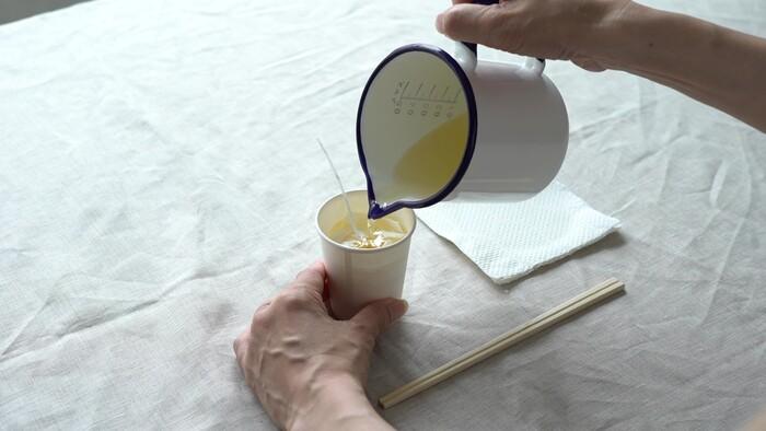 ソイワックスの入った紙コップに、溶かしたソイワックスを注ぎます。
