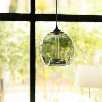 こちらは丸みを帯びたガラス素材のペンダントライトです。グレーガラスなので落ち着きがあり、ダイニングスペースの中で凛とした存在感を放ちます。ライトを灯せばあたたかな光がガラスから漏れ出て、あたりを優しく照らします。