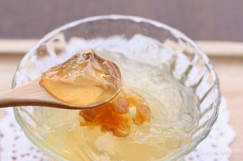 レモンと生姜を漬け込んで作るフルーツブランデーをゼリーの主役に。上品な光沢が美しく、大人の味わい。美味しさの秘密は、そもそものレモンジンジャーブランデーにありますので、そちらの作り方もぜひ参考にしてみてくださいね。
