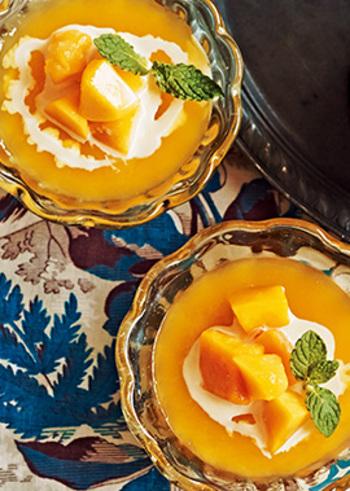 ビビッドなオレンジ色が夏らしいマンゴーゼリー。さっぱりいただけるけれど、後味にトロピカルな風味が残ります。マンゴジュースがあれば簡単!手軽に作ることができます。