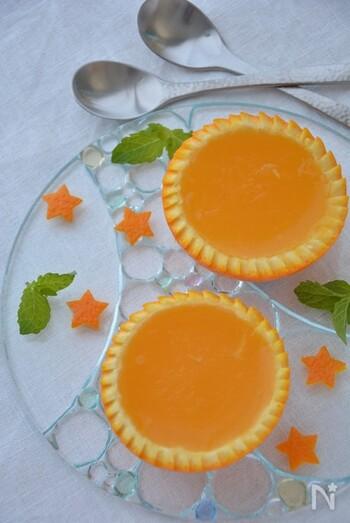 寒天で作ったオレンジゼリーはさっぱりとしていて歯切れよく、とても爽やか。オレンジの芳香さをより堪能するために、器にもオレンジを使います。飾り切りすると見た目もとても華やかです。