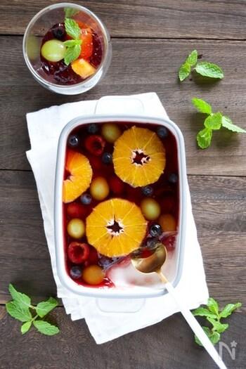 赤ワインとお好みのフルーツをたっぷり入れて作るサングリア風のゼリー。赤ワインは火を入れてアルコールを飛ばすので、お酒が飲めない人でも大丈夫。アガーは夏場の室温(30℃〜40℃)で固まるので、そのまま一気にバットに流し込むと果物が沈んで固まりがち。果物を綺麗に見せるには少し冷ましてから流し込むと良いそうです。大きめのバットにざっくり作って、取り分けるのも粋ですね。