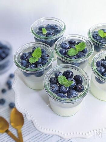 ブルーベリーとカルピス、2種のゼリーを重ねた2層仕立て。カルピスの爽やかな甘みとブルーベリーの甘酸っぱさがよく合います。夏にぴったりのデザートです。