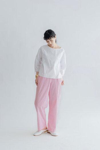 「miiThaaii(ミーターイー)」の人気アイテム、ストレートシルエットのイージーパンツ。華やかなカラー、優しいカラー、シックなカラー等々、カラーバリエーションがかなり豊富。こちらは、淡く柔らかい印象のベビーピンク。着ているだけでハッピーな気分になれそうです。