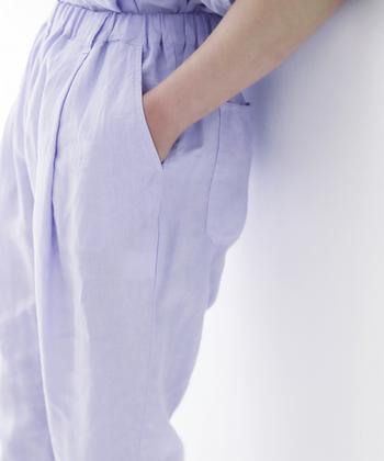 ジメジメ湿気がしんどい時期に快適なリネンのパンツ。爽やかなカラーを選べば、一層清々しく感じます。「nestRobe(ネストローブ)」のリネンタックイージーパンツは、薄手だけどポケットやベルトループもあり、一枚履きしても安定感あるデザイン。清楚な花を思わせるラベンダーカラーが素敵です。