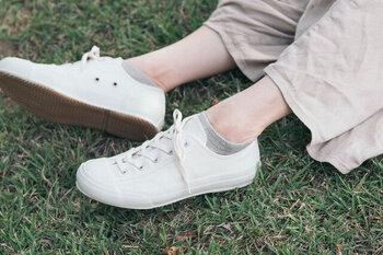短いスニーカーソックスを合わせて、足首を見せるとガーリーな印象に。真っ白なスニーカーは、爽やかでコーデがぱっと明るくなるんですよね。