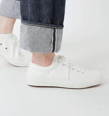 """キャンバス地のスニーカーだと蒸れやすくなりがちですが、内側につけられた通気孔で、靴の中もすっきり。""""MADE IN KURUME""""の誇りを感じる、こだわりの一足です。  シュータンがやわらかく足に沿うので、足のかたちもきれいに見えますよ。"""