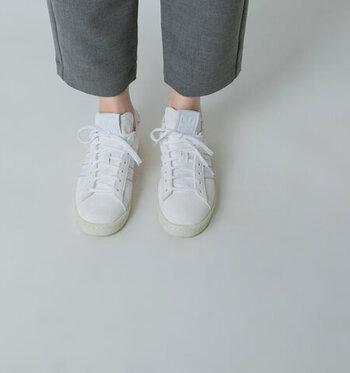 安定の評価を得ている、adidas Originals(アディダスオリジナルス)のホワイトスニーカー。スエードとレザーを組み合わせて、異素材のニュアンスを出したおしゃれな一足。  シュータンに定番のアディダスのロゴが白で入っています。控えめなロゴが、さりげないアクセントになっていて素敵。