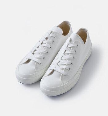 キャンバス地に白い靴紐。ベーシックなスニーカーらしいかたちをした一足です。ラバーで覆われたトウは正統派の雰囲気。  ヴァルカナイズ製法で作られているため、ソールがやわらかく、歩きやすさも抜群。一年中、使える軽やかなスニーカーです。