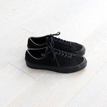 すこし重さのある黒色で、パンツスタイルはもちろん、ワンピースやロングスカートなどのおよばれコーデにも大活躍です。
