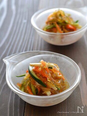 細切りにした野菜やハムとところてんを和えるだけで、簡単中華サラダの完成です。冷蔵庫で少し冷やすことで、ところてんにもしっかり味が馴染みますよ。