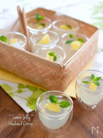 さわやかで甘酸っぱいレモンのゼリー。 鍋に水と粉寒天を入れ、1~2分加熱したら火から下ろします。砂糖を入れて溶かし混ぜ、レモン汁も加えたら、カップに注ぎ冷やし固めて完成です。お好みでフルーツやミントを飾ると華やかになりますよ。