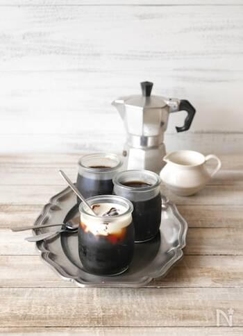 コーヒーの香りと苦みが食後にぴったりなコーヒーゼリー。 作り方は材料を混ぜて冷蔵庫で冷やし固めるだけ。コーヒーサーバーで作れば洗い物が少なく、器にも注ぎ入れやすいのでおすすめ♪ お好みで生クリームをかけてどうぞ。