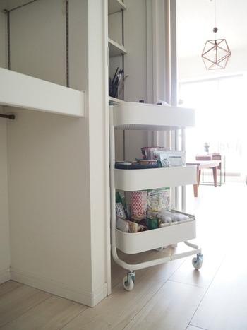 「IKEA(イケア)」のRÅSKOG(ロースコグ) は、キャスター付きで移動もらくらく。サッと動かして掃除できるのも便利。キッチンカウンター下にぴったり入るサイズなので、参考にしてみてはいかがでしょう。