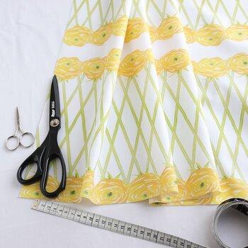 お気に入りの布を寸法どおりにカットして、ベッドカバーに変身させて。縫ったりする必要もなくとっても簡単です!北欧デザインはシンプルなインテリアの華やかなアクセントになってくれるのでおすすめです。
