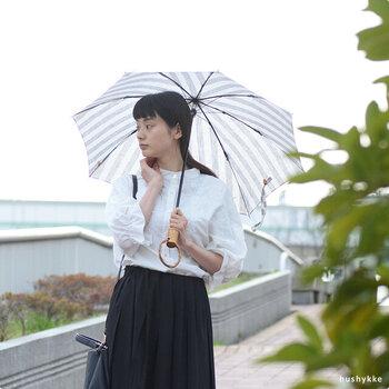 リネン生地を使用した熱が伝わりにくい日傘は、暑さが厳しくなるこれからの季節にぴったり。腕を通せる持ち手部分も便利です。シンプルながらも存在感のあるストライプ柄は、コーデのアクセントにも活躍してくれます。