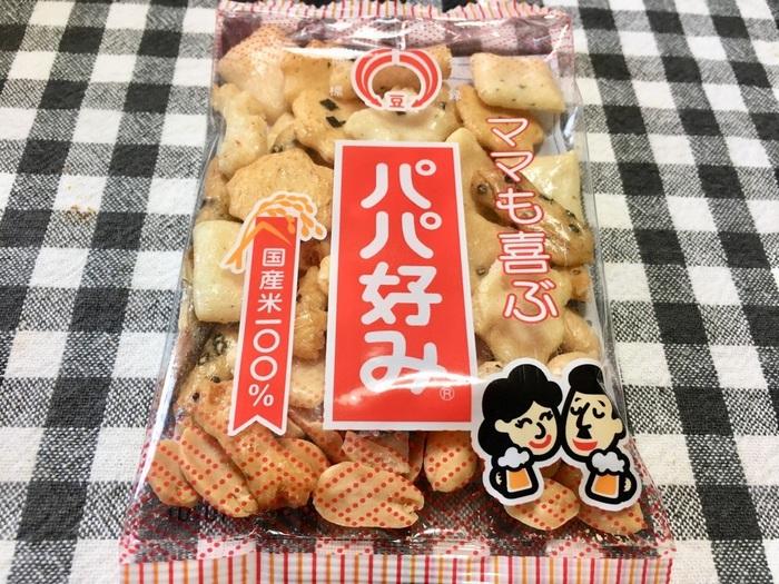 「パパ好み」とは、米を主な原料として焼き上げた10種類のあられと煎餅に、ピーナッツ、小エビ、小アジを混ぜたお菓子のこと。宮城県古川市で1951年に創業し、米菓や豆菓子を製造販売していた(株)松倉が、1960年に製造を開始しました。ユニークな商品名は、創業者の松倉昭さんが、お父さんのビールのおつまみに合うものとして命名したとされています。