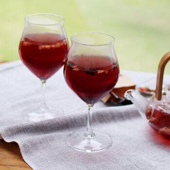 こちらのワイングラスは耐熱タイプ。日本で唯一工場を持つ耐熱ガラスメーカー「ハリオ」が製造しています。冷たい飲み物はもちろん、ホットワインやコーヒーを注いでもおしゃれ。飲み口が少し開いたチューリップ型で、ワインやお茶の香りを引き立てます。